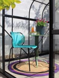 AMES Stuhl türkis mit Teppich